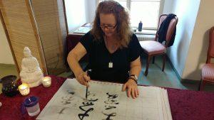 Eva schreibt Da Ai auf Wasserpapier